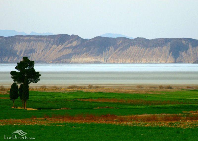 ریختن نمادین آب بر دریاچه خشک شده بختگان
