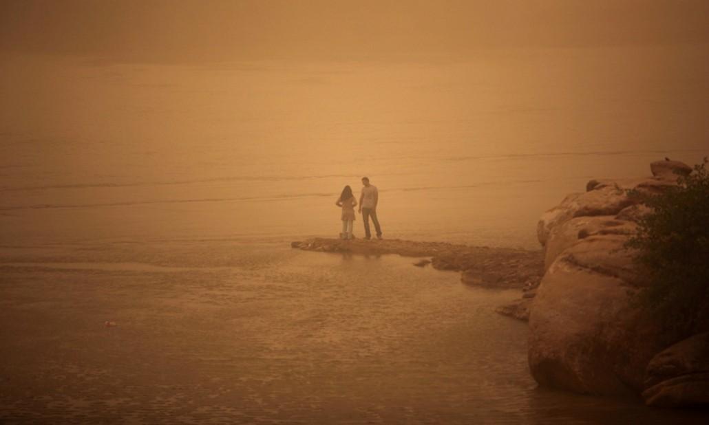 یک زوج ایرانی در ساحل اروندرود/ عکس از محمدرضا دهداری/AFP
