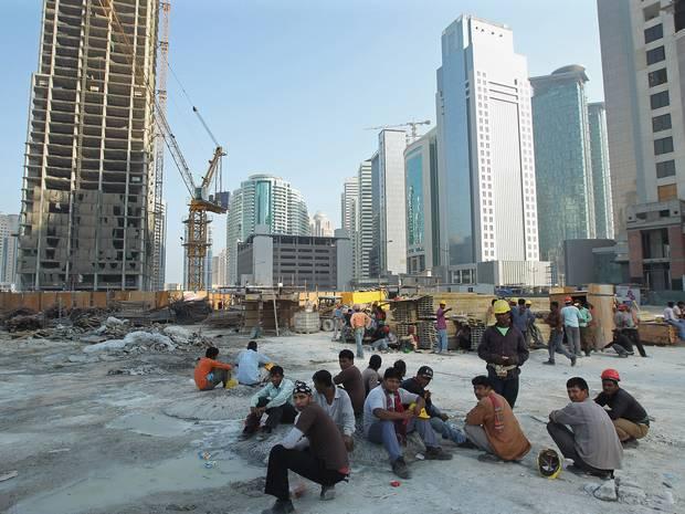 کارگران نپالی در قطر نمیتوانند برای سوگواری کشتگان زلزله به کشورشان بروند