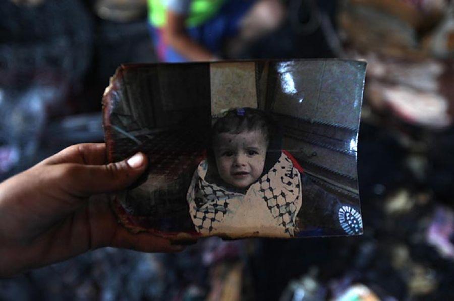 علی دوابشه، نوزاد ۱۸ ماههای که خانه و خانوادهاش به دست شهرکنشینان اسرائیلی در آتش سوختند.