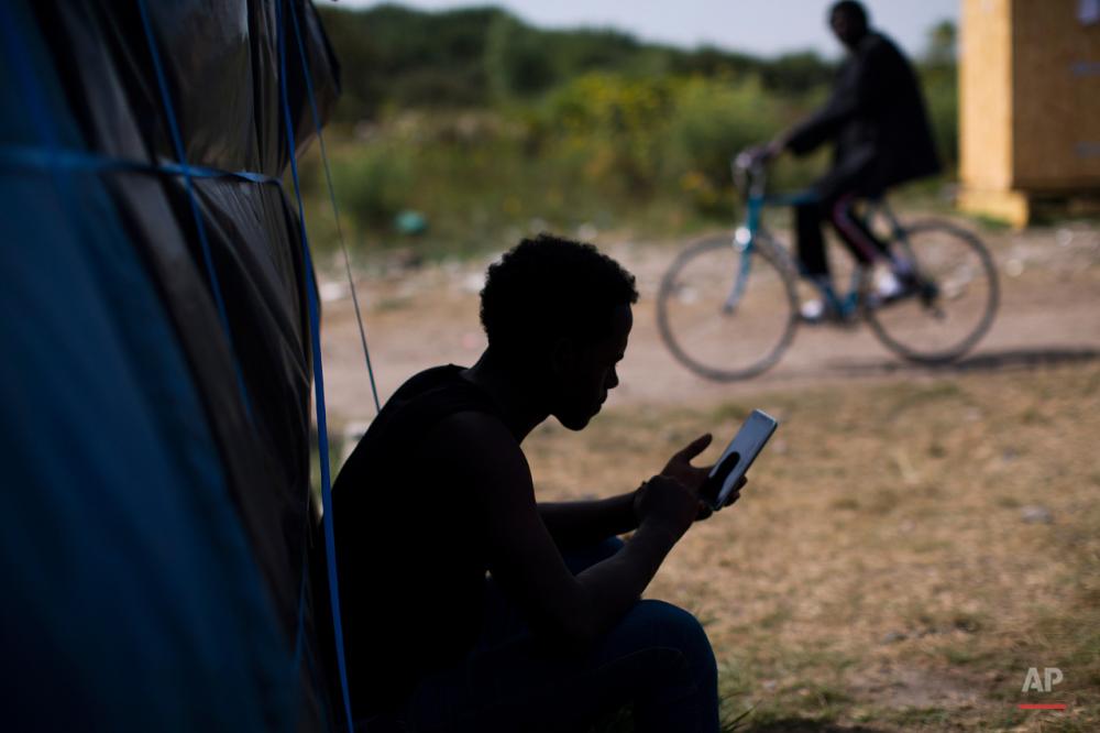 یکشنبه نهم اوت ۲۰۱۵: پناهجویی در کنار چادرش در بندر کاله فرانسه.