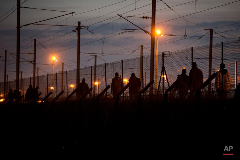 دوشنبه سوم اوت ۲۰۱۵: پناهجویان پس از عبور شبانه از توری فلزی بندر کاله در راه رسیدن به تونل اروپا.
