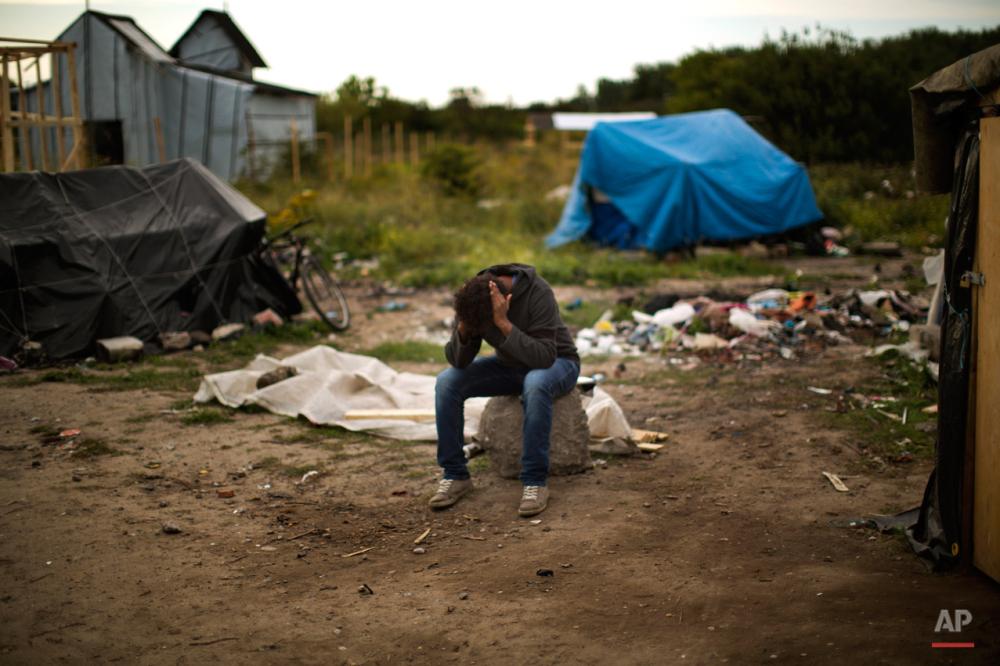 چهارشنبه پنجم اوت ۲۰۱۵: یک مهاجر در کنار چادرش در بندر کاله فرانسه