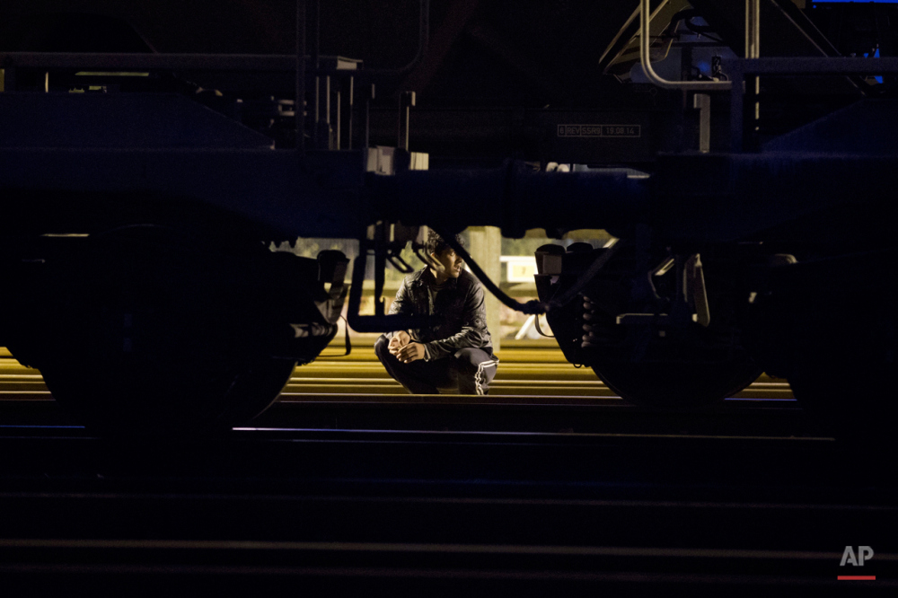 چهارشنبه پنجم اوت ۲۰۱۵: یک پناهجو در حالی که در پشت قطار مخفی شده و در انتظار فرصتی است برای عبور از کانال اروپا در بندر کاله.