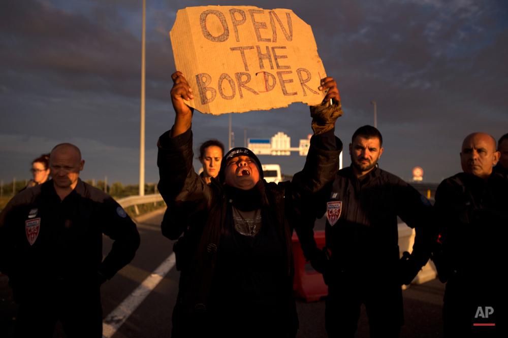 جمعه هفتم اوت ۲۰۱۵: واکنش پناهجویی به بستن راه تونل اروپا توسط پلیس در جریان تظاهرات پناهجویان در بند کاله فرانسه.