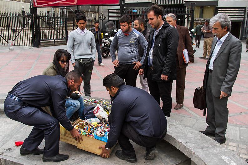 برخورد پیمانکاران شهرداری با دستفروشان.