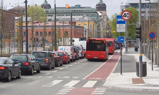 مسیر دوچرخهها (به رنگ قرمز) و اتوبوسها در مرکز شهر اسلو از اولویت عبور برخوردارند.