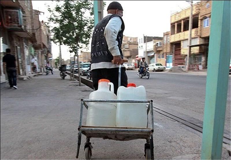 فروش دبهای آب در قیامدشت به دلیل نبود آب آشامیدنی با کیفیت
