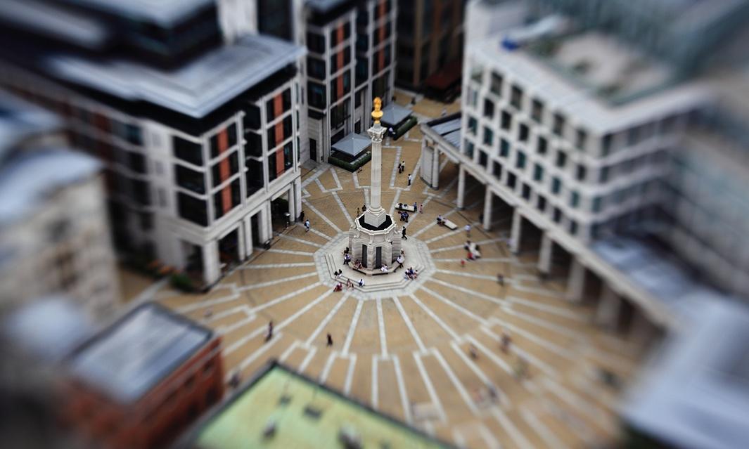 میدان پترنوستر لندن؛ شرکت میتسوبیشی مالک این میدان است.