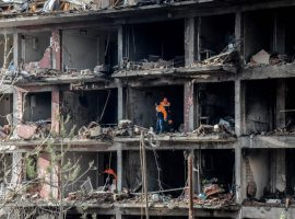 TOPSHOT - Turkish recue search through the wreckage of a blast damaged building on January 14, 2016 in Diyarbakir. Six people died and 39 others were wounded in a car bomb attack blamed on Kurdish rebels that ripped through a police station and an adjacent housing complex for officers and their families in southeastern Turkey, security forces said Thursday, updating an earlier toll of five. / AFP / ILYAS AKENGIN