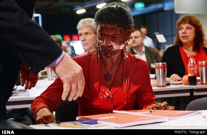پرتاب کیک شکلاتی به نماینده پارلمان آلمان