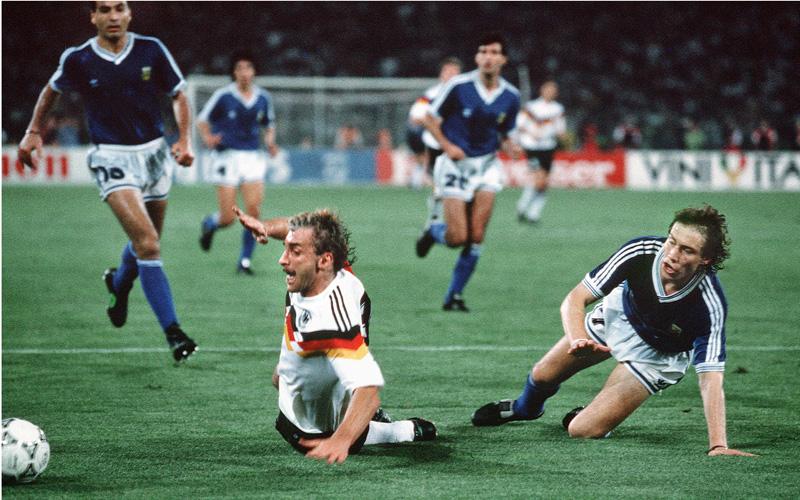 BAU //  Fussball  WM  Weltmeisterschaft  in Italien  1990  Finale Endspiel Deutschland - Argentinien  Foul an Rudi Völler ( Mitte / Deutschland )  führt zum entscheidenden  11 M ( Elfmeter )