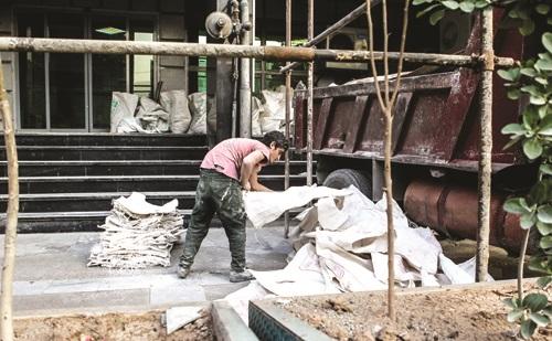 "title:""استفاده ۲۰۰ هزار ثروتمند از یارانه بیمه کارگران ساختمانی- http://anamnews.com/"" alt:""کارگران ساختمانی"""