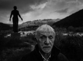 اون تاکر ۸۲ ساله. در پسزمینهی عکس مجسمهی یادمان انفجار معدن در سال۱۹۶۲ را میبینیم، تاکر جسد بیجان خیلی از کارگران را از معدن بیرون کشید. در این سانحه دست کم ۴۰ کارگر کشته شدند