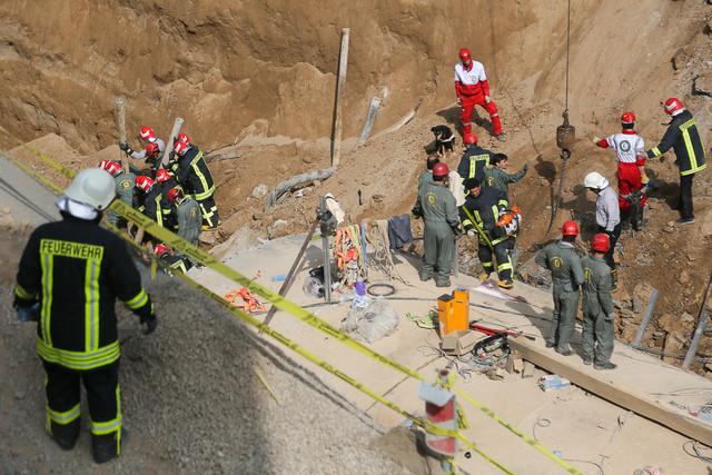 جستجو برای یافتن کارگران زیرآوار مانده مترو قم