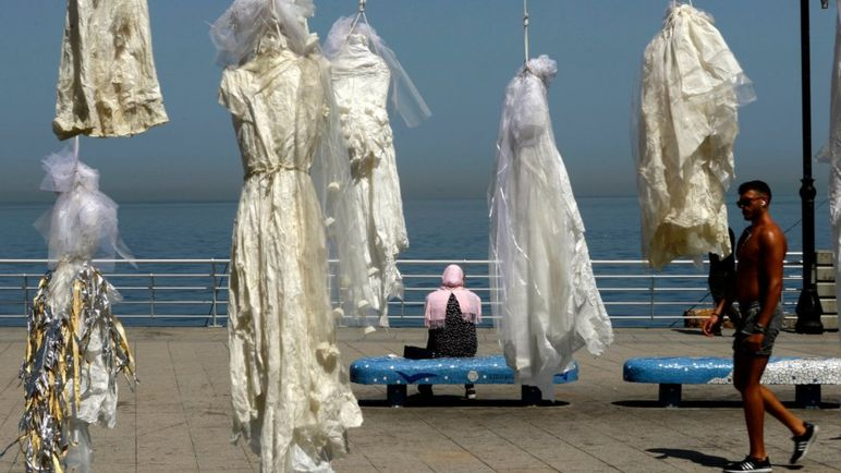 دار زدن لباس عروس در اعتراض به قانون تجاوز در لبنان