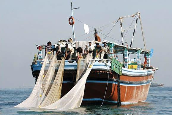 صیادان «غیرمجاز» به دلیل فقر و نبود شغل به دریا میزنند