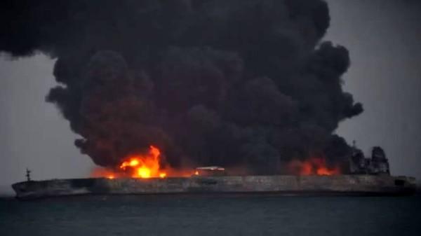 تشکیلشدن لکه بزرگ نفتی در اطراف نفتکش در حال سوختن ایران
