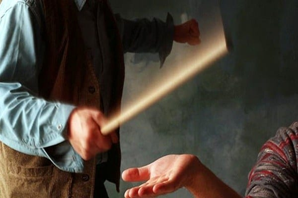 تنبیه بدنی معلم، بینی دانشآموز زریندشتی را شکست
