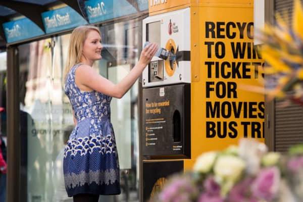 پرداخت بلیت اتوبوس در ازای بطری آب خالی
