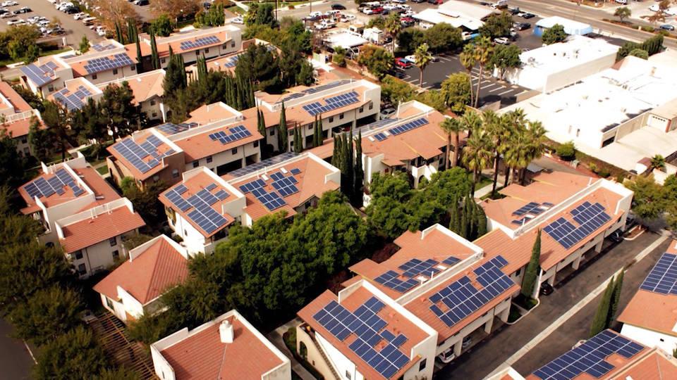 نصب صفحات خورشیدی برای بیشتر خانههای کالیفرنیا اجباری میشود