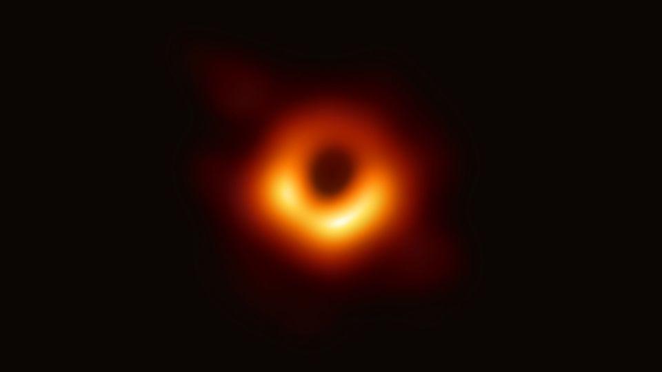خیره به یک سیاهچاله