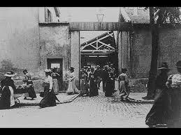 کارگران کارخانه را ترک میکنند