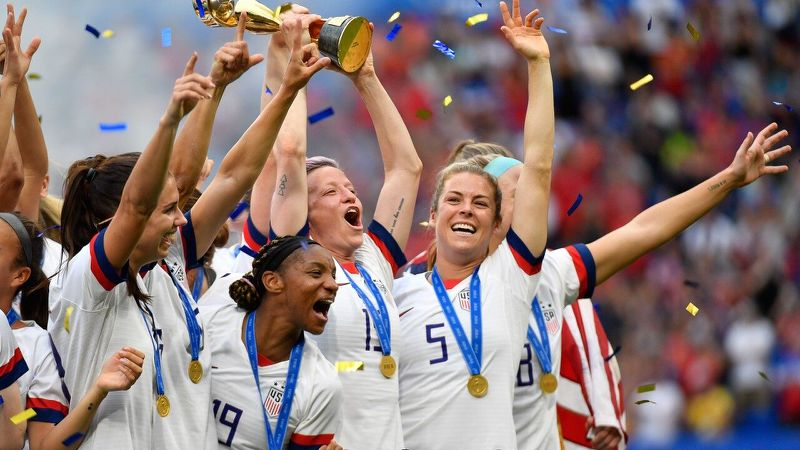 چه کسی برای فوتبال زنان هورا میکشد؟