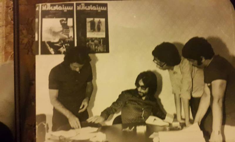 افراد حاضر در عکس بالا: از راست مرحوم احمدغفارمنش، رضا عدل، بصیر نصیبی، عبدالله باکیده در دفتر مرکزی سینمای آزاد