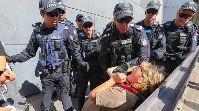 سرکوب تجمع حامیان محیط زیست در ملبورن استرالیا
