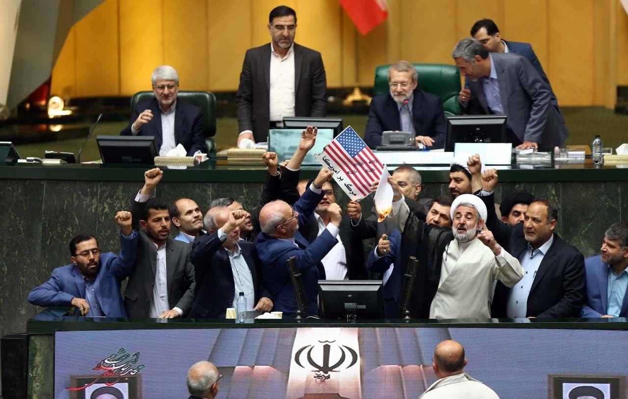 آتش زدن پرچم آمریکا در مجلس