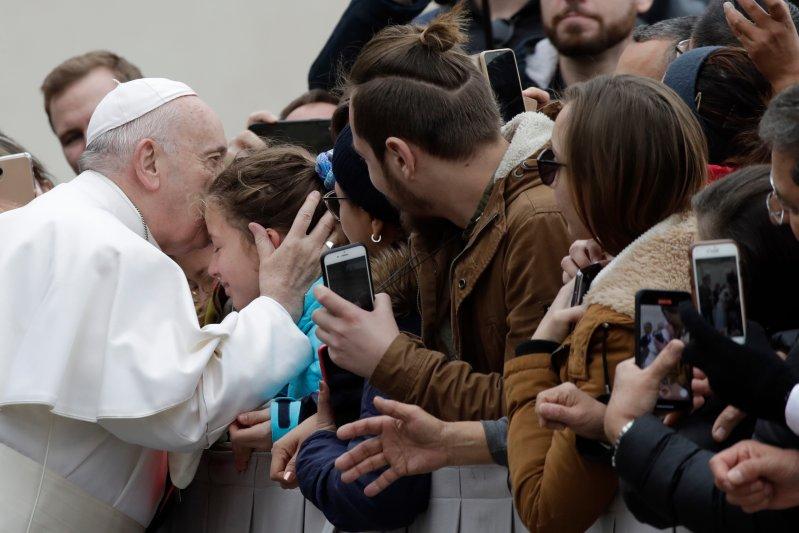 پاپ بدون ماسک مراسم مذهبی برگزار میکند