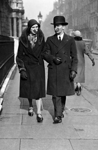 زوجی در حال قدم زدن در خیابانها در دوران شیوع آنفلوآنزای اسپانیایی