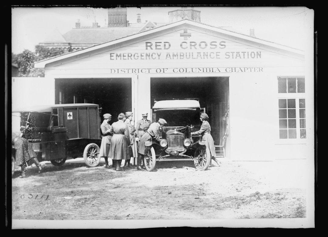 در پاییز ۱۹۱۸، مرکز آمبولانس صلیب سرخ در واشنگتن دی. سی. به شدت پر مشغله بود. (کتابخانهی کنگره)