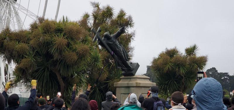 به مجسمه قدیس استعمارگر هم حمله شد