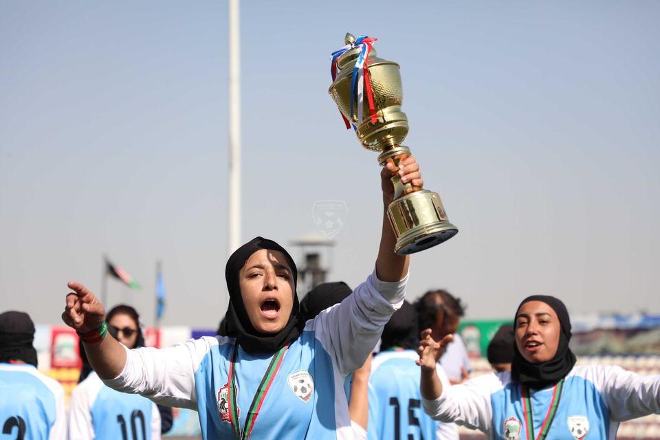 مبارزه با مخالفان ورزش زنان و نبرد در زمین فوتبال