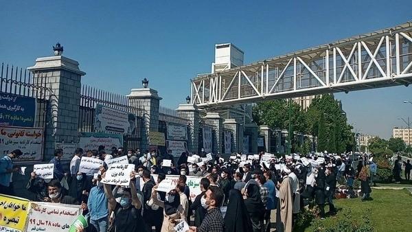سومین روز از تجمع فرهنگیان کارنامه سبز مقابل مجلس