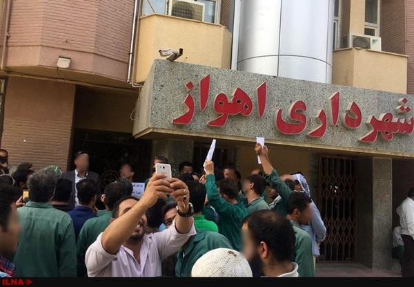 کارگران پیمانی شهرداری اهواز اعتصاب کردند