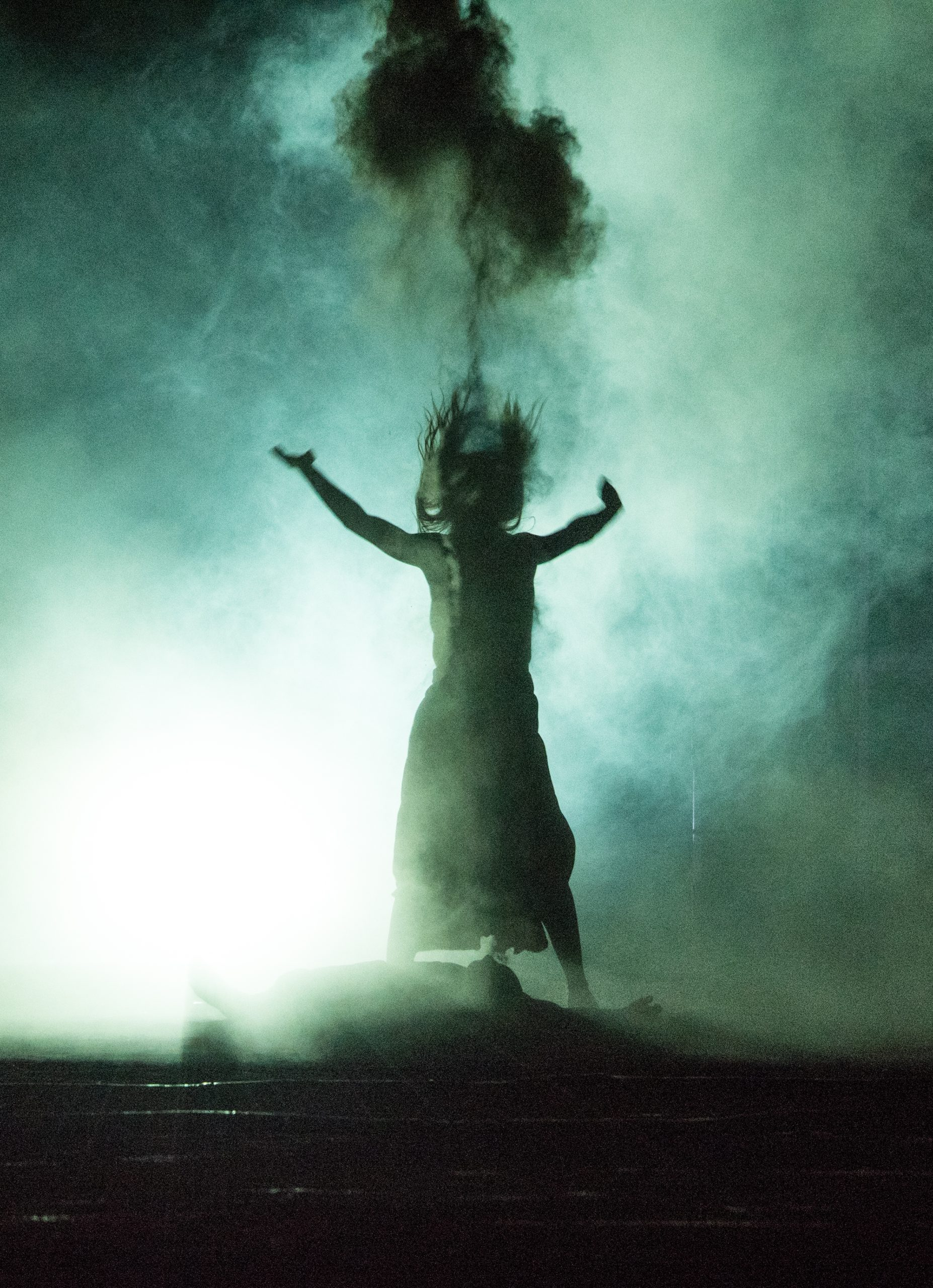 آنتیگونه در حال دفن پولینیکس خاکستر بههوا میپاشد؛ آن شوارتز در نقش آنتیگونه به کارگردانی جت اشتکل (برگتیهتر، وین، ۲۰۱۵)